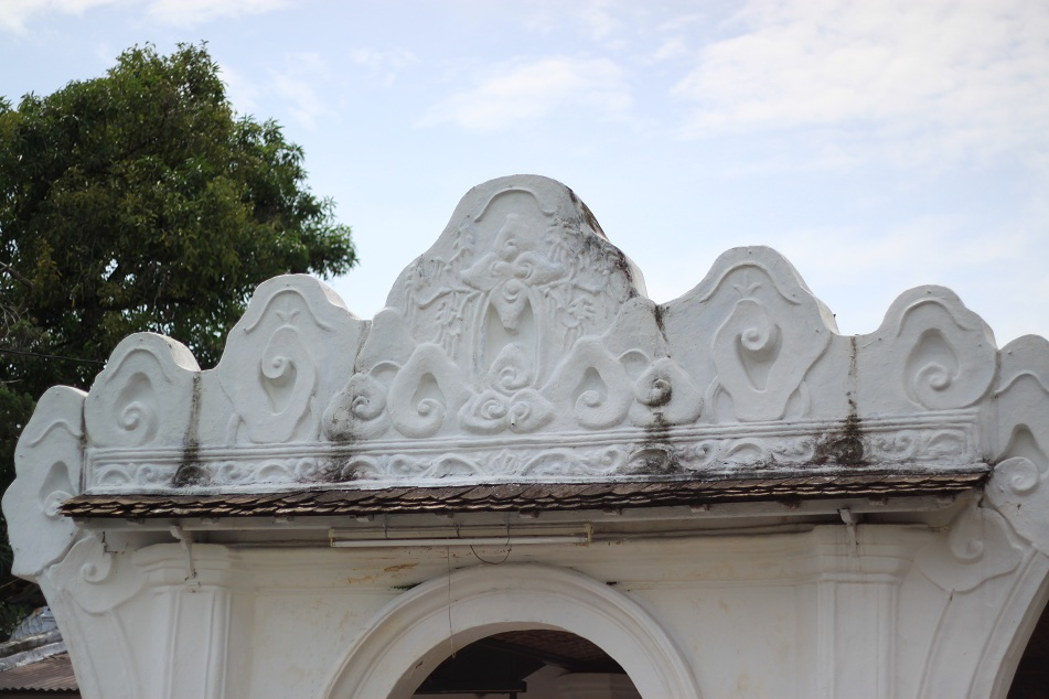Ubiquitous Mega Mendung Patterns on the Lintel of the Palace