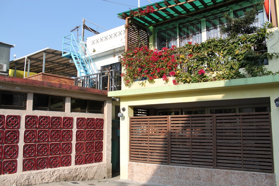 A Decorated House, Shek O