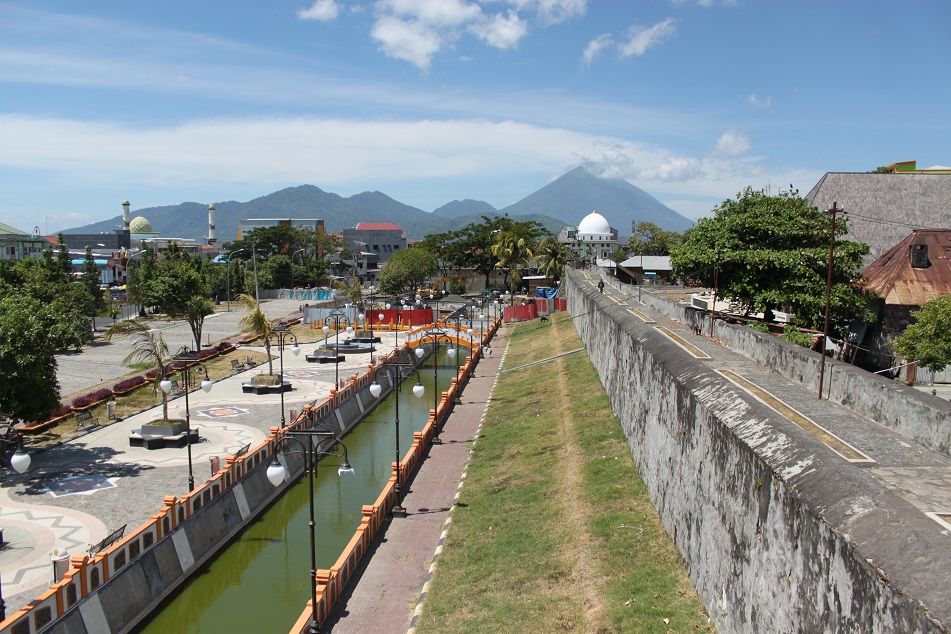 Fort Oranje with the Peaks of Tidore at the Background